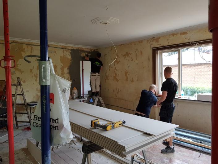 Tømrer udfører renovering