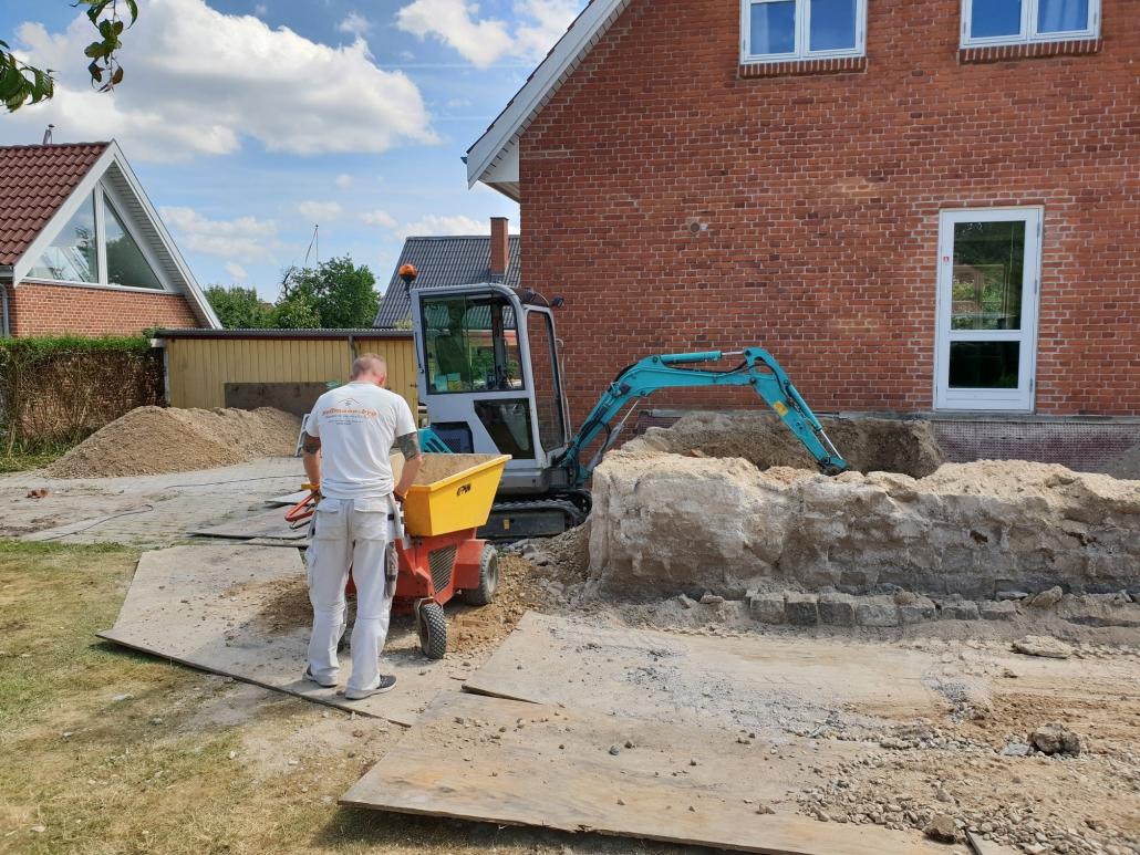 Tømrer og gravemaskine