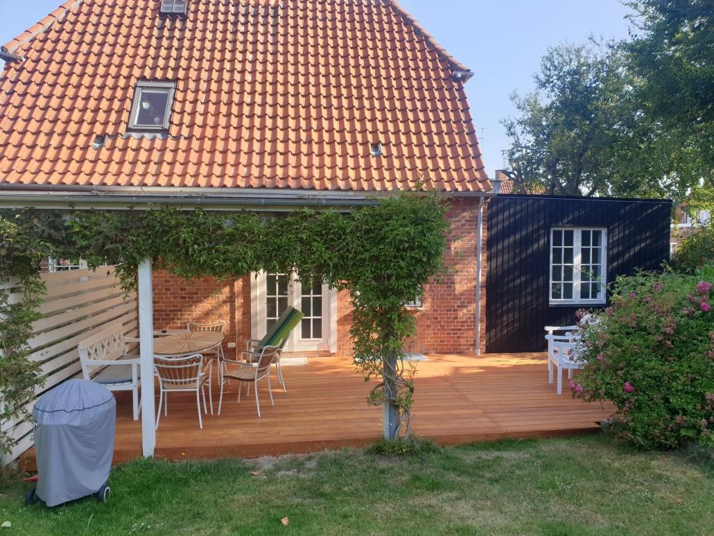 tilbygning med terrasse