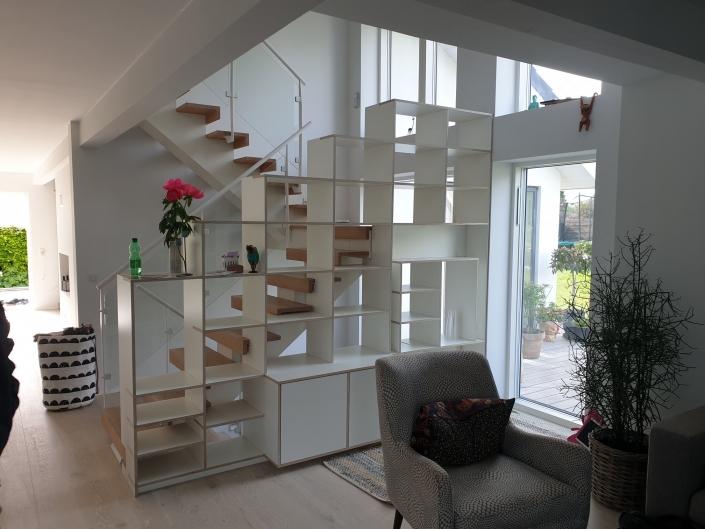 bogreol og trappe