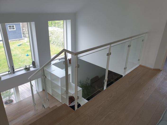trappe med gelænder