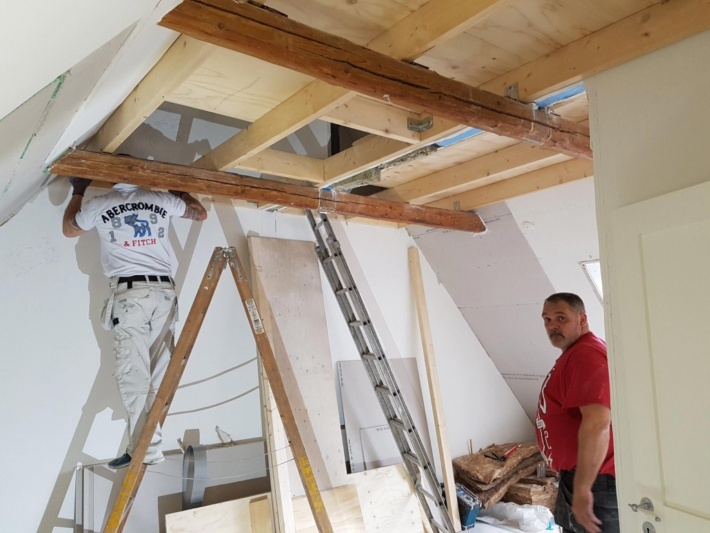 Tømrere i færd med tømrerarbejde