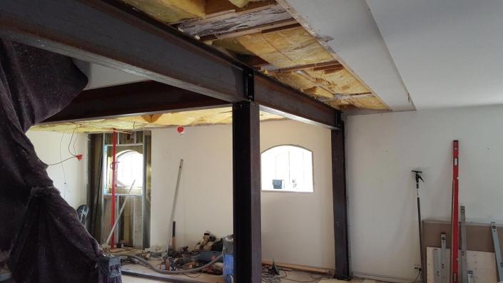 Tømrer i færd med renovering af hus