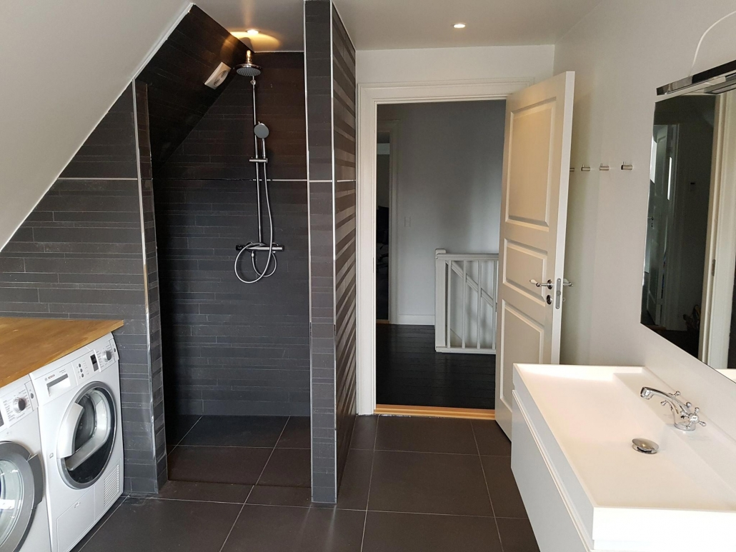 Nyt badeværelse med mørke fliser