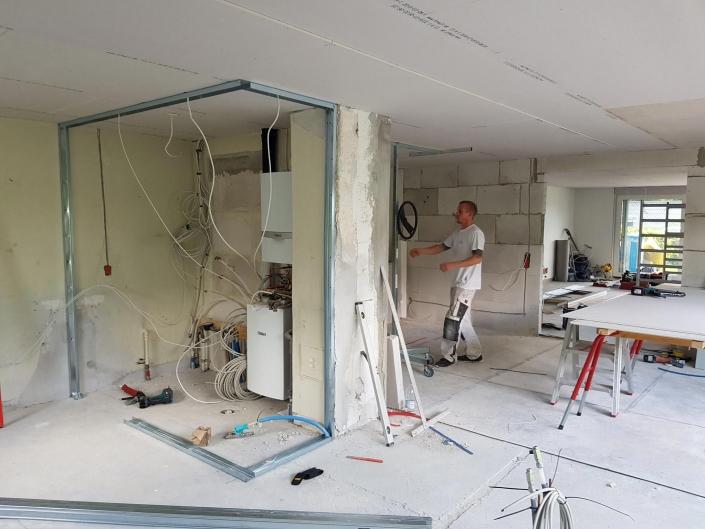 Tømrer udfører tømrerarbejde