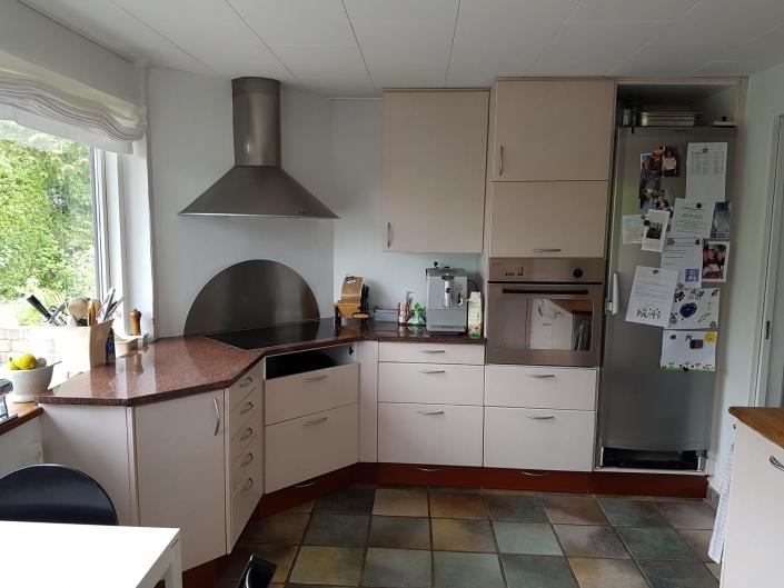 Lyst køkken med flisegulv