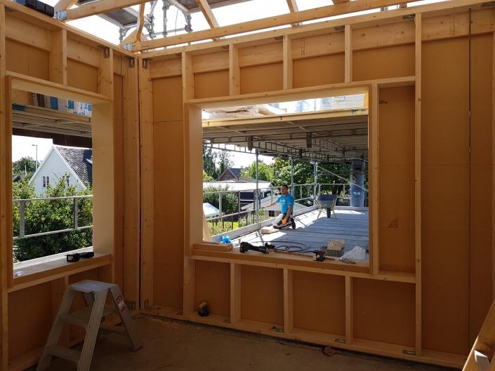 Tømre i færd med at bygge
