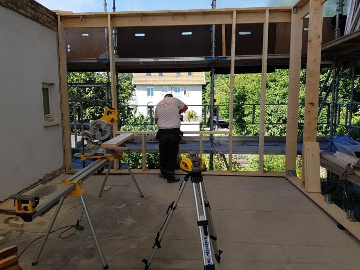Tømrer udfører tømrerarbejde i træ
