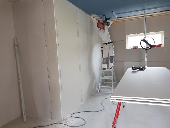 tømrer bygger tilbygning